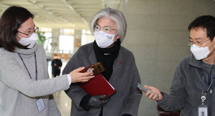 Foreign Minister Kang Kyung-wha, center, arrives at the ministry in Seoul, Tuesday, one day after a Korea-flagged tanker was seized by the Islamic Revolutionary Guards Corps in the Gulf waters. / Yonhap