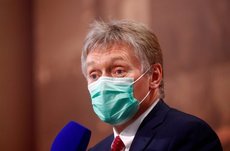 Kremlin spokesman Dmitry Peskov wearing a protective face mask attends Russian President Vladimir Putin's annual end-of-year news conference, held online in a video conference mode, in Moscow, Russia December 17, 2020. / REUTERS-Yonhap