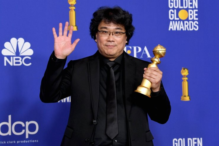 Director Bong Joon-ho poses in the press room with award for Best Motion Picture - Foreign Language for 'Parasite' during the 77th Annual Golden Globe Awards at The Beverly Hilton Hotel on January 05, 2020 in Beverly Hills, California. AFP-Yonhap