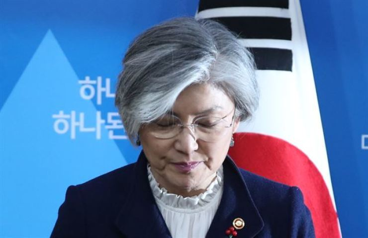 Foreign Minister Kang Kyung-wha bows before addressing the country from the ministry's headquarters in Seoul's Jongno District, Saturday, regarding the government's stance on Japan being ordered by a court here to compensate the country's victims of wartime sexual crimes committed by the Japanese military before and during World War II. Yonhap