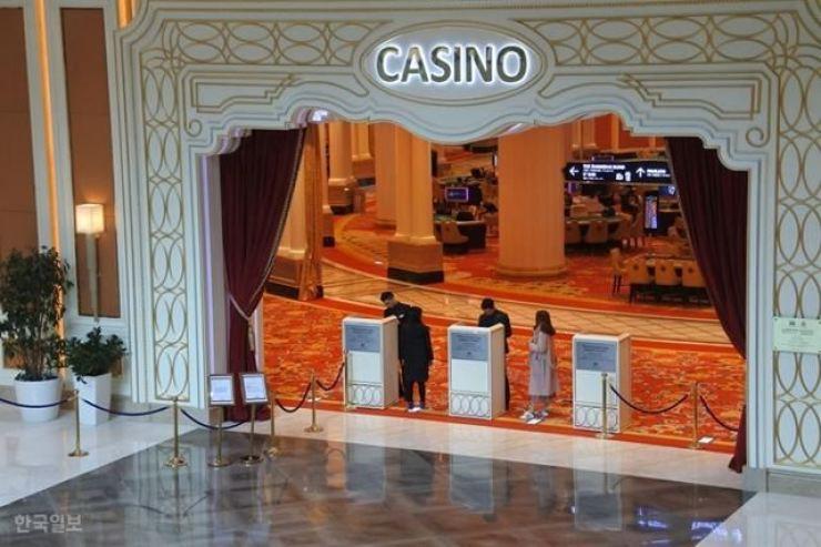 The entrance to Landing Casino located at Jeju Shinhwa World, Jeju Island. / Korea Times file