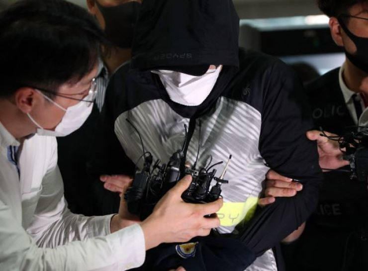 Former Gyeongju city government's triathlon team therapist Ahn Joo-hyeon enters Daegu District Court in July 2020 for hearing on arrest warrant for charges of extorting over 200 million won from his athletes for the sake of medical treatment and verbally and physically abusing several athletes and sexually harassing some female teammates. Yonhap