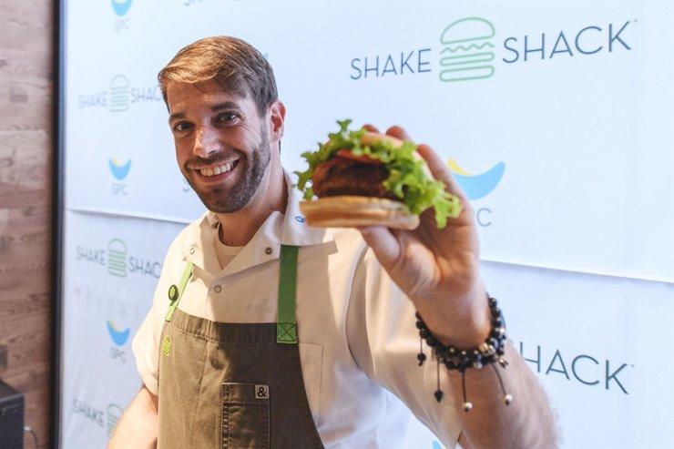 Shake Shack's Culinary Director Mark Rosati holds Shroom Burger during a media presentation at a Shake Shack restaurant in Seoul on July 19, 2016. / Courtesy of SPC