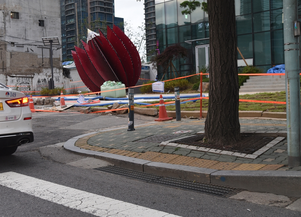 The 'Fire Flower' during creation, in front of Hyosung Harrington Place next to Sinyongsan Station as seen July 14, 2020, stands about five meters from the former site of Namildang, where a forced eviction resulted in a fire that killed five evictees and a riot police officer on Jan. 20, 2009. / Courtesy of Ron Bandun