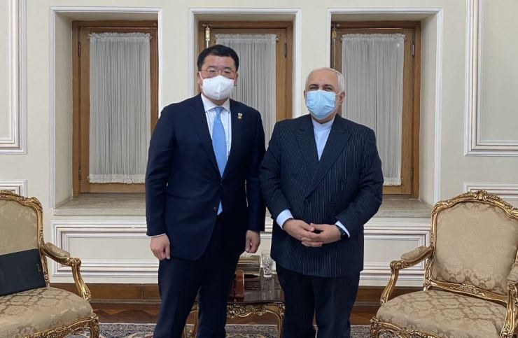 First Vice Foreign Minister Choi Jong-kun, left, poses with Iran's Foreign Minister Mohammad Javad Zarif in Tehran, Iran, Monday. / Courtesy of Ministry of Foreign Affairs