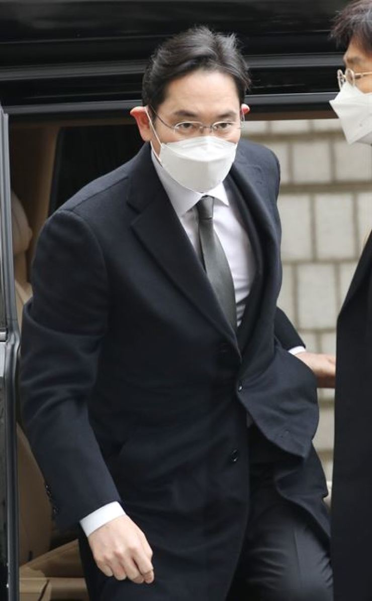 Samsung Electronics Vice Chairman Lee Jae-yong enters the Seoul High Court for a retrial hearing of a major bribery case involving him, Monday. / Yonhap