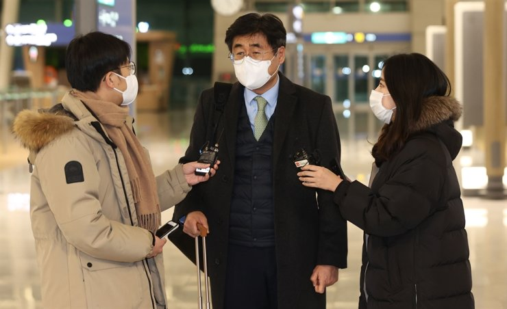 Koh Kyung-sok, center, director-general of Africa and Middle Eastern Affairs at the Ministry of Foreign Affairs, speaks to reporters at Incheon International Airport before departing for Iran, Thursday. / Yonhap