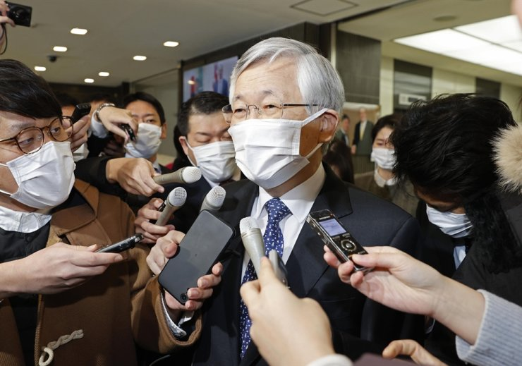 Korean ambassador to Japan Nam Gwan-pyo is surrounded by journalists at the Ministry of Foreign Affairs in Tokyo, Friday. He was summoned by the ministry after a Korean court ordered Japan to compensate Korean women who were forced to work as sex slaves for Japanese troops during World War II. / Yonhap