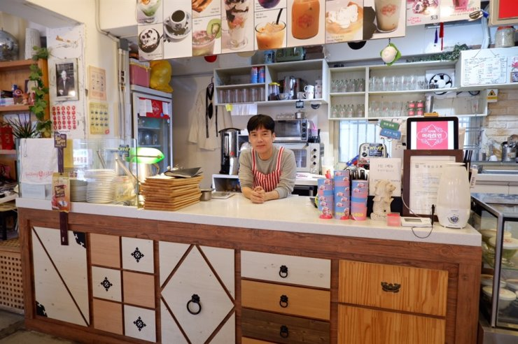 Ng Keng Leng, the founder and CEO of Dessert Merlion Cafe in Seoul, poses inside the cafe. Opened in 2014, it is the first Singaporean-style coffee shop in Korea. / Courtesy of Dessert Merlion Cafe