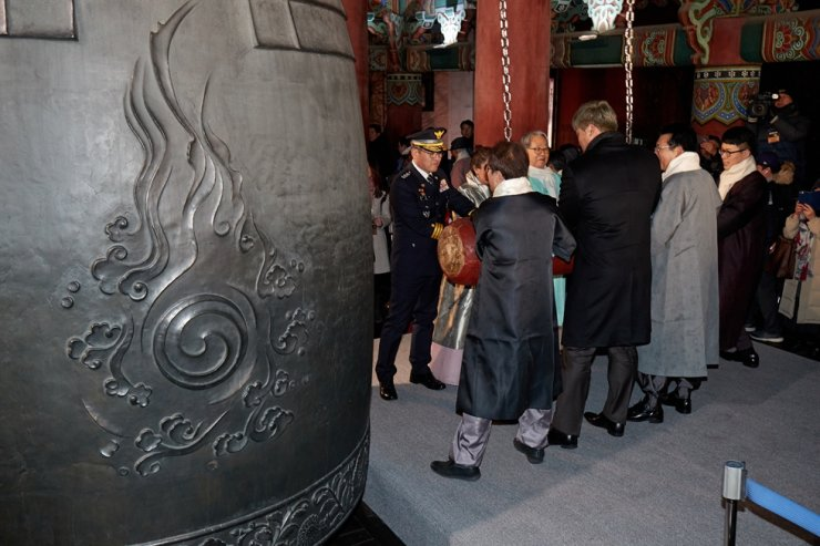 This undated photo shows the annual bell-ringing ceremony being performed by dignitaries at Bosingak Pavilion in Seoul. Courtesy of Seoul Metropolitan Government