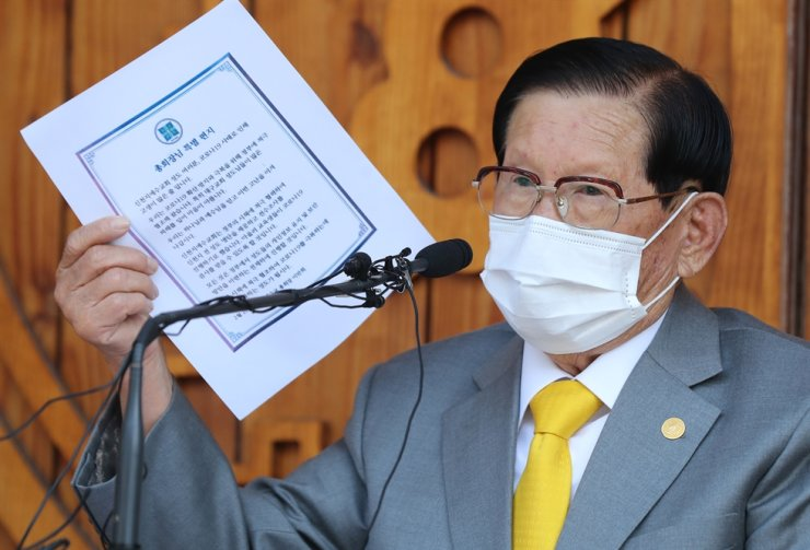 Lee Man-hee, the founder of Shincheonji, speaks during a press conference held on March 3, 2020, in Gyeonggi Province. A court on Jan. 13, 2021, acquitted him of obstructing the government's response to COVID-19. Korea Times file