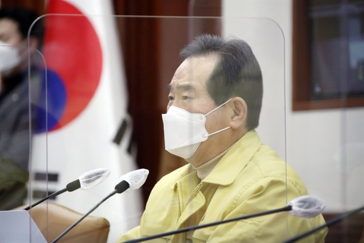 Prime Minister Chung Sye-kyun speaks during a meeting at the government complex in Seoul, Sunday. Yonhap