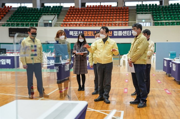 Mokpo Mayor Kim Jong-sik directs regarding preparation of a temporary COVID-19 inoculation center at the South Jeolla provincial city's indoor gymnasium on Jan. 30. Courtesy of Mokpo City Office