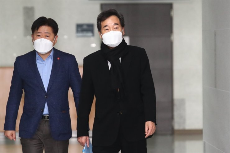 Ruling Democratic Party of Korea Chairman Rep. Lee Nak-yon, right, heads to his office at the National Assembly, Seoul, before a Supreme Council meeting of the party, Sunday. Yonhap