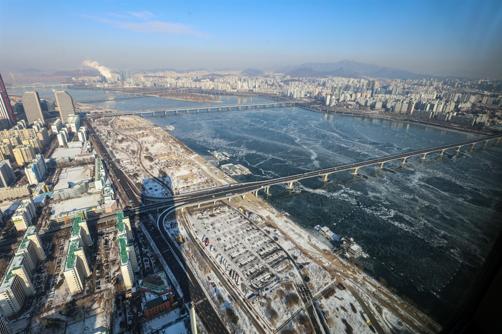 Han River, viewed from Hanwha Finance Center observatory in Yeouido, Yeoungdeungpo District in Seoul, is frozen on Sunday. Yonhap