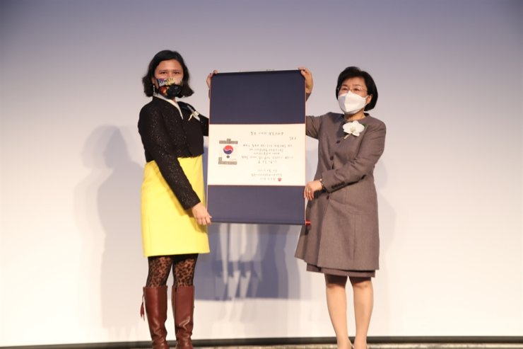 Delphine O, left, the secretary general of the United Nations Generation Equality Forum, received the Korea Image Stepping Stone Bridge Award at the 2021 Korea Image Awards held at InterContinental Seoul COEX, Thursday. Courtesy of Corea Image Communication Institute (CICI)