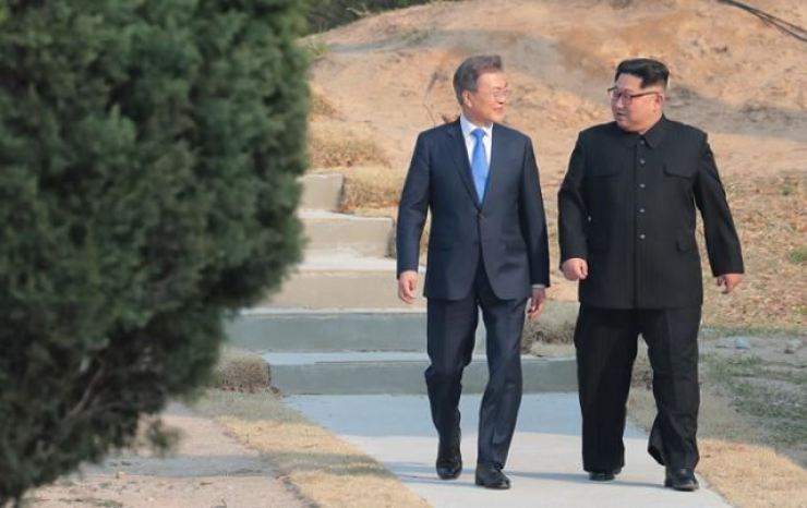 President Moon Jae-in talks with North Korean leader Kim Jong-un at the border truce village of Panmunjeom during their summit on April 27, 2018. / Korea Times file