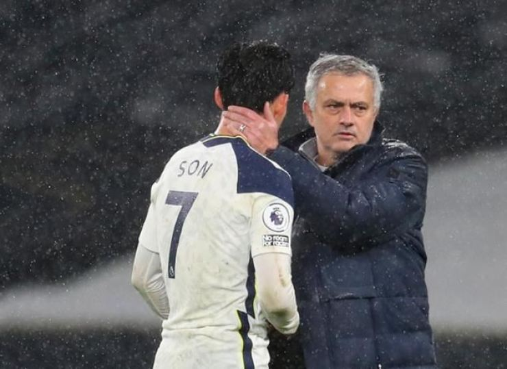 Tottenham Hotspur manager Jose Mourinho, right, comforts the team's South Korean winger Son Heung-min after they were defeated in the Premier League match against Liverpool at the Tottenham Hotspur Stadium in London, Jan. 29. / AP-Yonhap