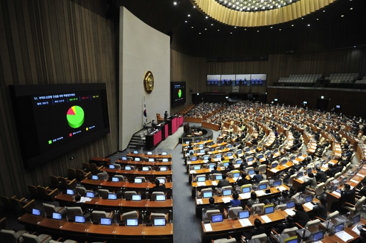 Lawmakers pass a controversial bill on constructing a new airport in Busan, at National Assembly, Friday. Yonhap
