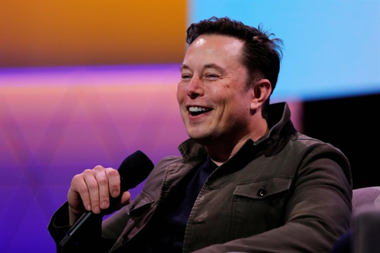 SpaceX owner and Tesla CEO Elon Musk speaks during a conversation with legendary game designer Todd Howard at the E3 gaming convention in Los Angeles, June 13, 2019. / Reuters-Yonhap