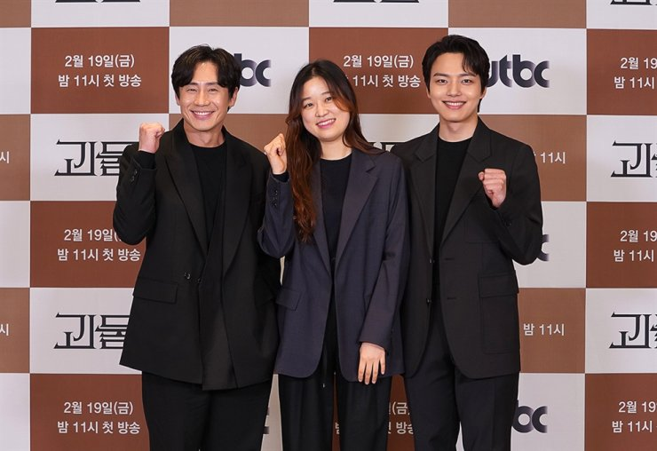 From left, actor Shin Ha-kyun, director Shim Na-yeon and actor Yeo Jin-gu pose for pictures during an online media conference for the new thriller series, 'Beyond Evil.' Courtesy of JTBC