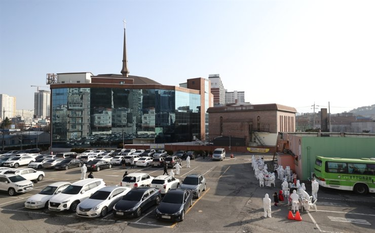 COVID-19 testing is carried out in a parking lot of Gwangju Antioch Presbyterian Church, Thursday. The church, known to have some 1,500 believers, had a service recently in which 87 attendees were infected by COVID-19. Yonhap
