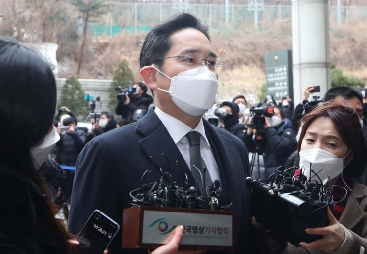 Samsung Electronics Vice Chairman Lee Jae-yong enters Seoul High Court for the re-hearing of a bribery case, Jan. 18. Yonhap