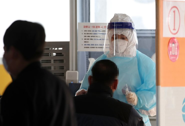 A medical staffer carries out COVID-19 testing on a resident at a public health center in Gwangju, Wednesday. / Yonhap