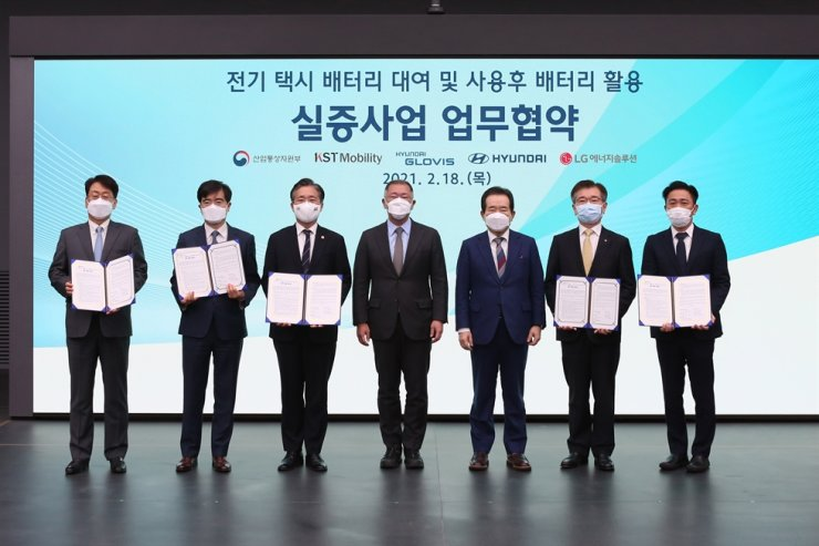 Prime Minister Chung Sye-kyun, fifth from left, poses with Hyundai Motor Group Chairman Chung Euisun, fourth from left, and other participants of an MOU signing ceremony on an electric vehicle battery leasing business at Hyundai Motor Group's research center in Hwaseong, Gyeonggi Province, Thursday. From left are Hyundai Glovis President Kim Jung-hoon, Hyundai Motor President Kong Young-woon, Trade, Industry and Energy Minister Sung Yun-mo, Chairman Chung, Prime Minister Chung, LG Energy Solution President Kim Jong-hyun and KST Mobility CEO Lee Haeng-yeol. Courtesy of Hyundai Motor Group