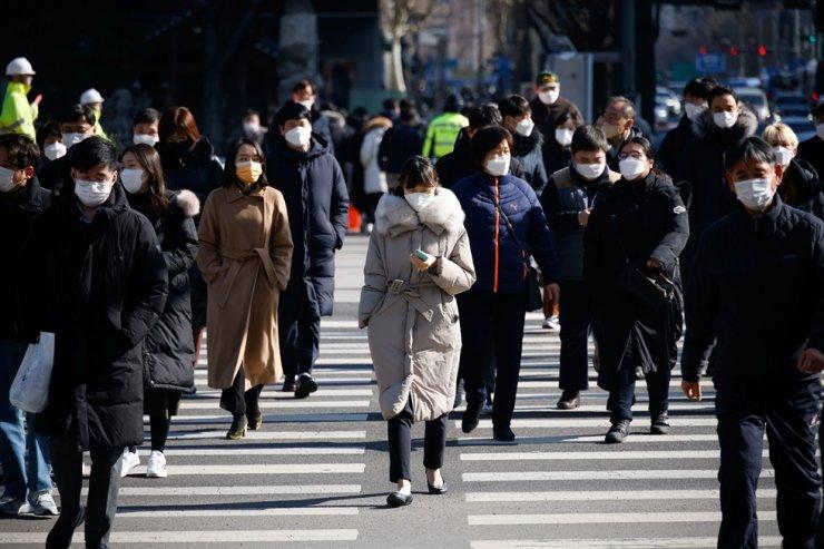 Commuters cross a zebra crossing, amid the coronavirus disease (COVID-19) pandemic in Seoul, Feb. 3, 2021. Reuters