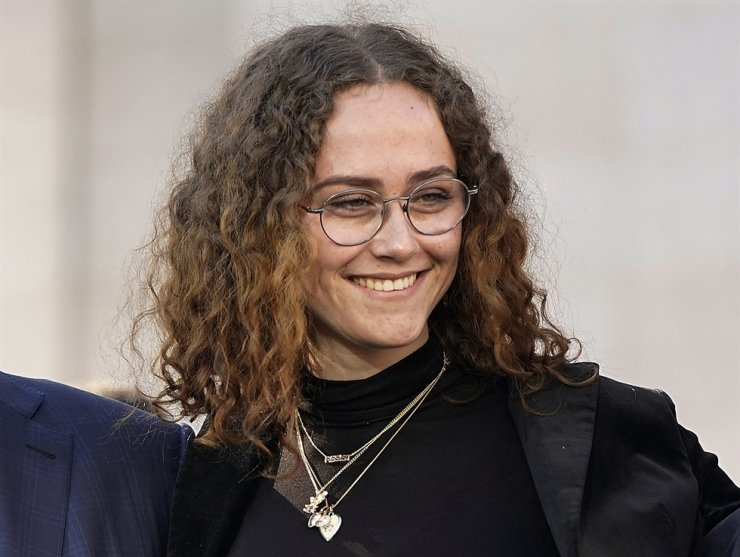 Ella Emhoff appears at a rally for her stepmother Sen. Kamala Harris, announcing Harris' presidential campaign in Oakland, Calif., Sunday, Jan. 27, 2019. AP-Yonhap