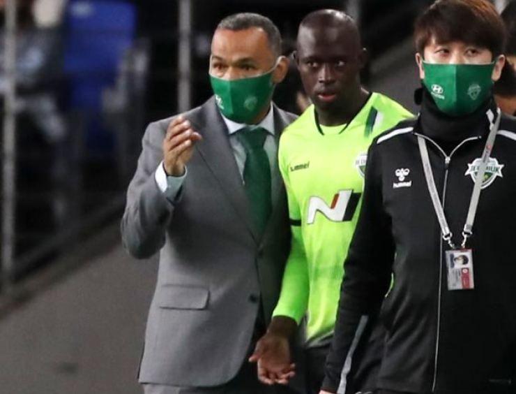 Former Jeonbuk Hyundai manager Jose Morais, left, speaks to the team's Swedish winger Modou Barrow during the K League match against Ulsan Hyundai, Sept. 15. / Yonhap