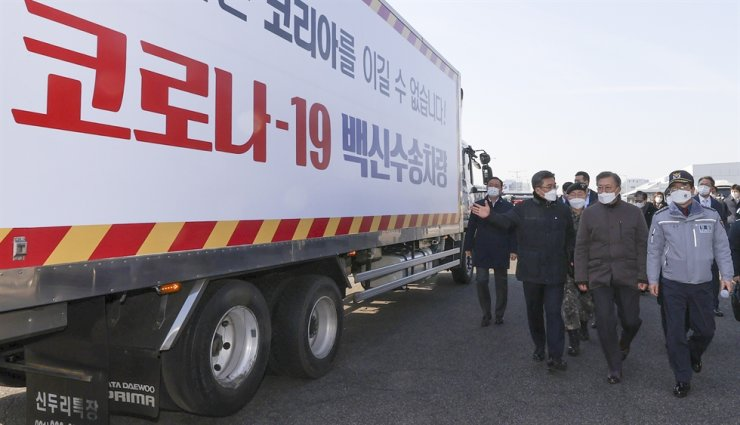 President Moon Jae-in inspects a training exercise to transport COVID-19 vaccines involving the military, police and the health authorities at Incheon International Airport, Wednesday. The relevant authorities have been rehearsing the delivery process from the arrival of vaccines at the airport to the delivery to inoculation centers at major cities nationwide, with the first vaccinations set to start later this month. Yonhap