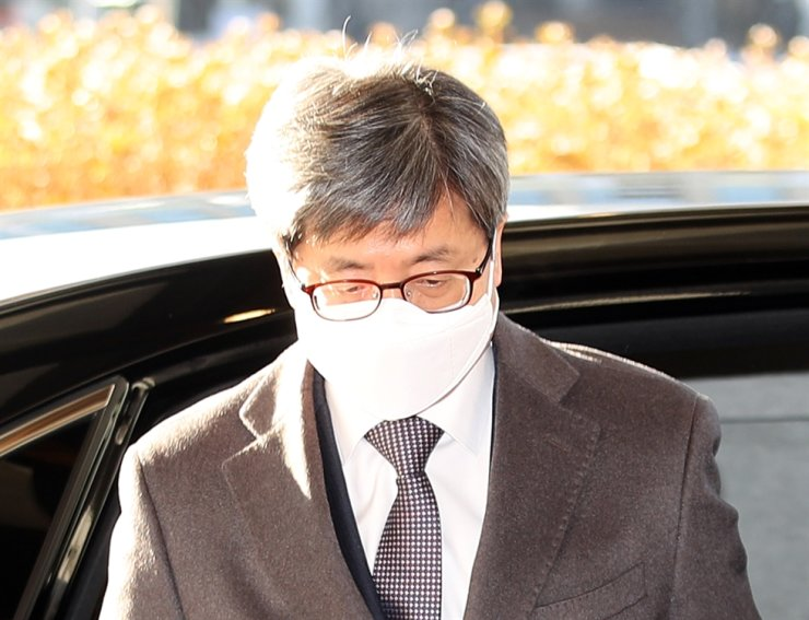 Supreme Court Chief Justice Kim Myeong-su arrives at work in Seoul's Seocho District, Thursday. / Yonhap