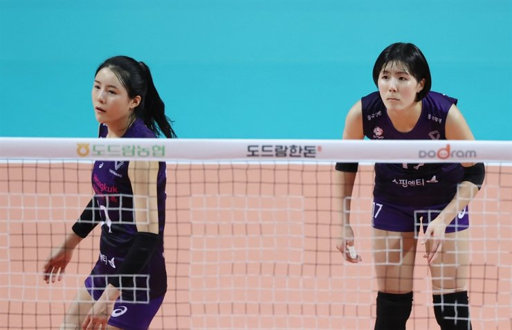 Professional volleyball players Lee Da-yeong, left and Lee Jae-yeong, twins who both play for the Heungkuk Life Pink Spiders, have been embroiled in school violence scandal following a revelation from their ex-teammate. / Yonhap