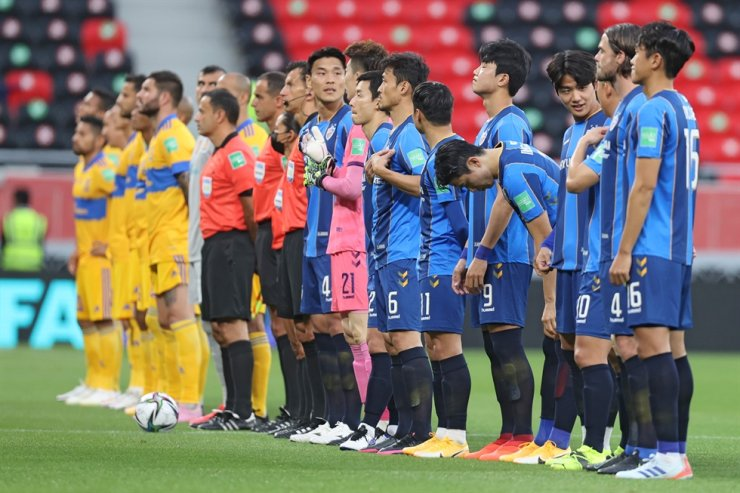 Players gather on the pitch ahead of the FIFA Club World Cup second round football match between Mexico's UANL Tigres and Korea's Ulsan Hyundai at the Ahmed bin Ali Stadium in the Qatari city of Ar-Rayyan on Feb. 4, 2021. AFP-Yonhap