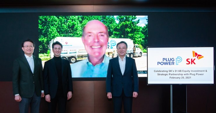 SK Holdings CEO Jang Dong-hyun, right, poses with Plug Power CEO Andrew J. Marsh, on screen, during a deal-closing ceremony on SK Holdings' acquisition of a 10 percent stake in Plug Power, Thursday. From left are SK E&S Vice Chairman Yu Jeong-joon, SK E&S President Choo Hyeong-wook, Marsh and Jang. Courtesy of SK Holdings