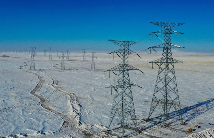 Aerial photo taken on Dec. 21 shows ultra-high voltage (UHV) power transmission lines carrying wind power to other places of China, in Xilingol League, north China's Inner Mongolia Autonomous Region. Xinhua-Yonhap