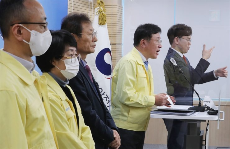 Director General National Institute of Food and Drug Safety Evaluation Lee Dong-hee speaks during a press conference at the headquarters of the Ministry of Food and Drug Safety in Cheongju, North Chungcheong Province, Friday, after efficacy of AstraZeneca's COVID-19 vaccine for people over the age of 65 has been tested. Yonhap