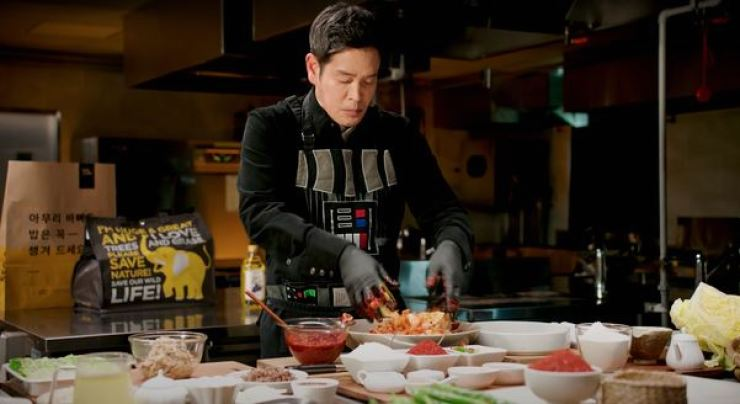 Vice Chairman of Shinsegae Group Chung Yong-jin prepares food in the video posted on E-Mart's official YouTube channel on Dec. 23, 2020. Screen captured from E-Mart's YouTube channel