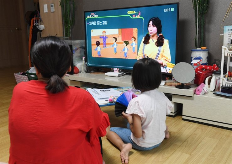 An elementary school student of a multiracial family watches an online learning program on television in this Aug. 27, 2020 photo. Korea Times photo by Bae Woo-han