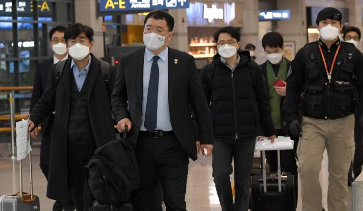 First Vice Foreign Minister Choi Jong-kun, second from left, leaves Incheon International Airport with other government officials, Jan. 14, after returning from Iran to discuss the country's seizure of a Korean tanker and its crewmembers in the Strait of Hormuz. Korea Times file
