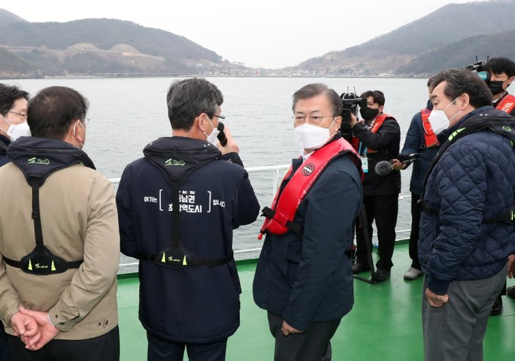 President Moon Jae-in, accompanied by the ruling Democratic Party of Korea (DPK) leadership as well as relevant Cabinet members and municipal governors, visits the site of the proposed Gadeok Airport on Busan's Gadeok Island, Feb. 25. Yonhap