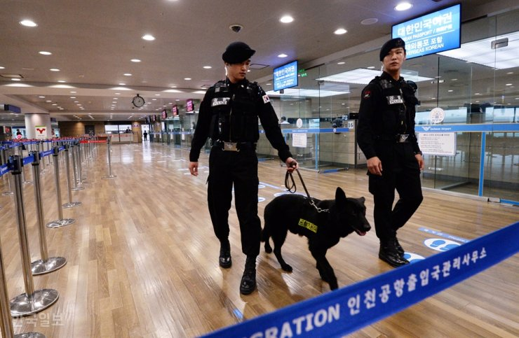 Officers of the Incheon International Airport Police patrol with an explosive detection dog in the immigration area of the airport in this November 2015 photo. Korea Times file