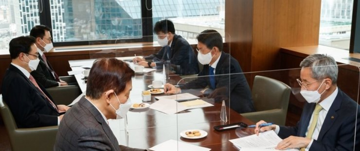 Financial Services Commission Chairman Eun Sung-soo, center on the right side, holds a conference with leaders of the nation's top five financial holding firms at the Korea Federation of Banks headquarters in Seoul on Feb. 16. Yonhap