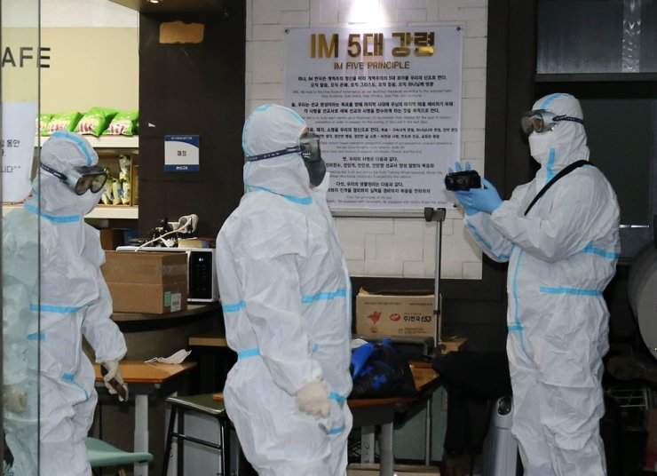 Officials from Daejeon Metropolitan Police Agency search inside the International Mission headquarters in Daeheung area in Daejeon's Jung District, Feb. 15. Yonhap