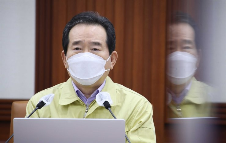 Prime Minister Chung Sye-kyun speaks during a meeting with health officials at the government complex in Seoul, Sunday. Yonhap