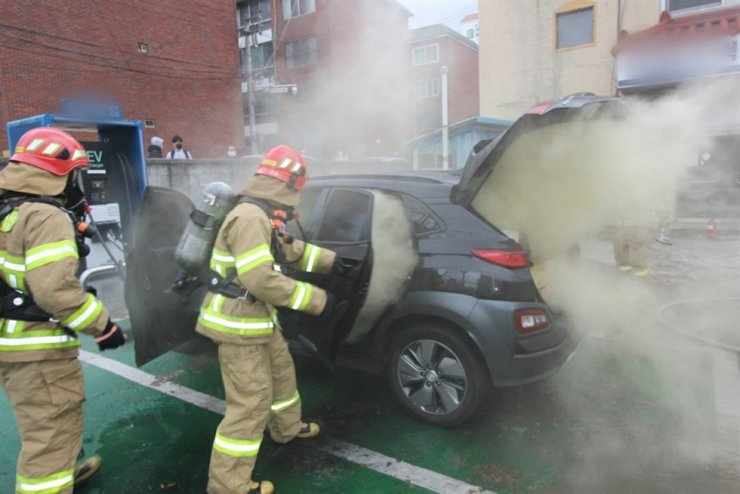 Firefighters put out a fire in a Kona Electric vehicle in Daegu, Jan. 23. Courtesy of Daegu Fire Department