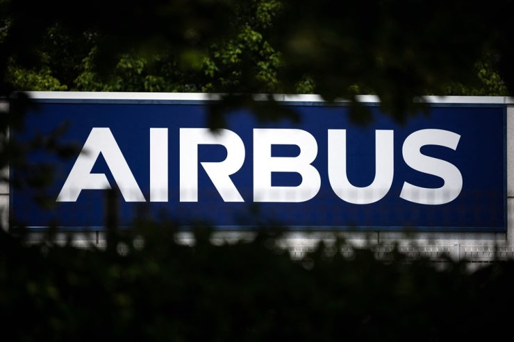 This file photograph taken on May 13, 2020, shows the logo of European aircraft manufacturer Airbus in Toulouse, southern France. / AFP-Yonhap