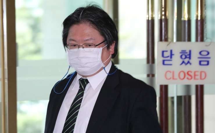 Hirohisa Soma, deputy head of mission at the Japanese Embassy in Seoul, enters the building of the Ministry of Foreign Affairs in central Seoul, Monday. Yonhap